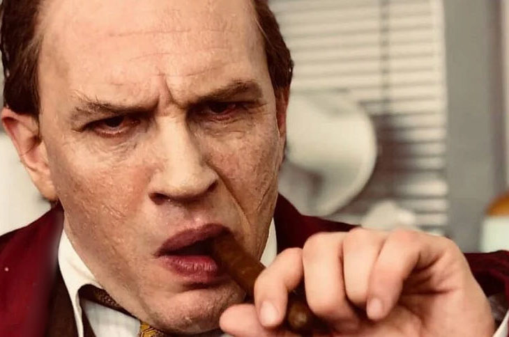 Tom Hardy interpretando a Al Capone.