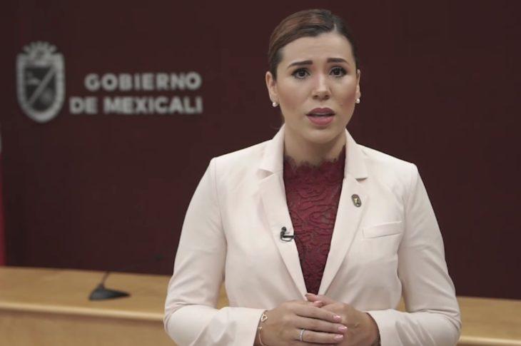 Marina del Pilar informando a la población sobre las nuevas medidas contra el covid-19 en Mexicali.