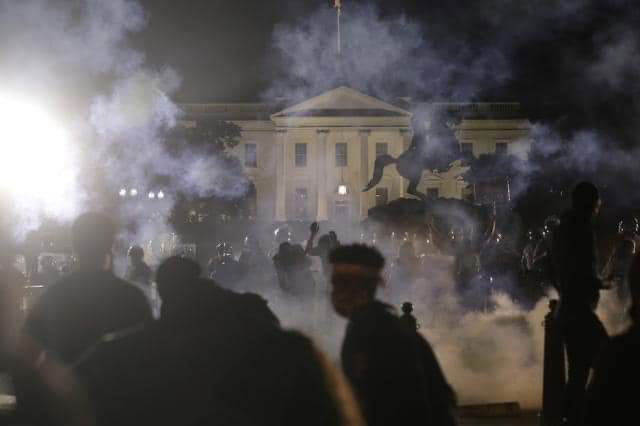 Manifestantes frente a la Casa Blanca.