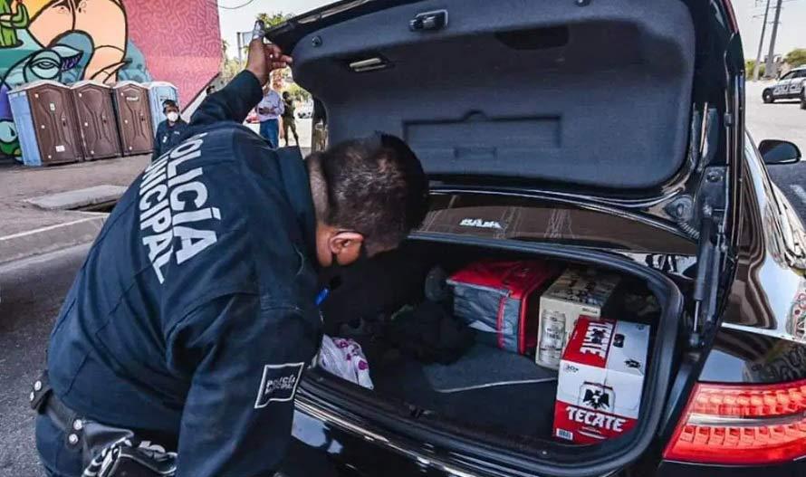 Policía envidia a conductor con cerveza.