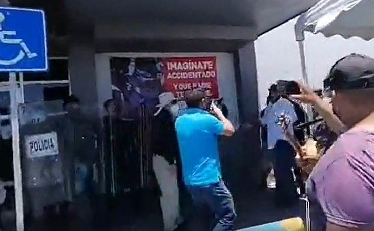 Momento en que la policía estatal resguarda el inmueble. Imagen de MF Noticias.