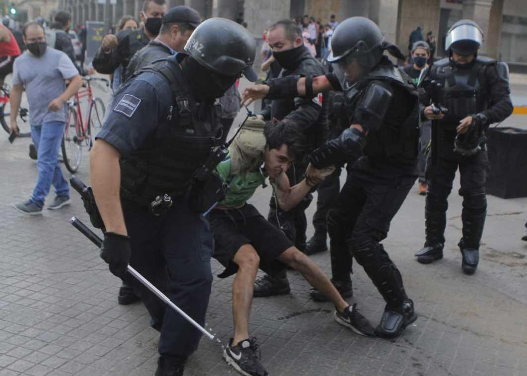 Policías deteniendo a un manifestante en Jalisco.