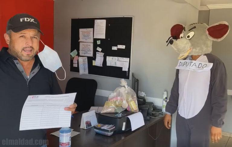 Leonardo Álvarez es visitado por un diputado mientras graba vídeo.