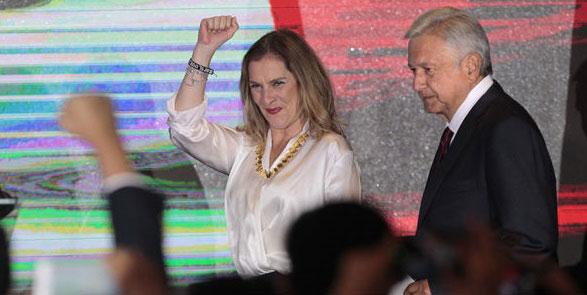 Beatriz festejando junto con AMLO.