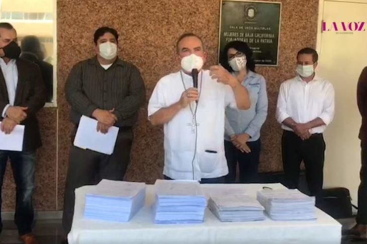 Isidro Macías y otros líderes religiosos junto diputados que votaron en contra del matrimonio igualitario.