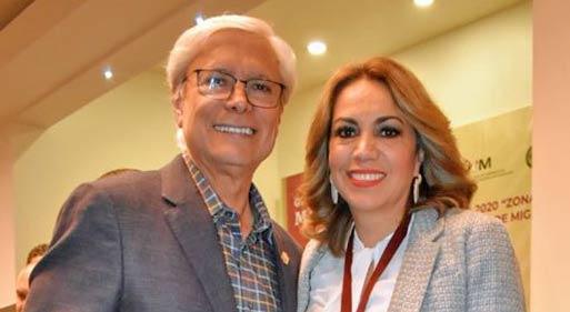 Jaime Bonilla junto con la alcaldesa de Tecate.