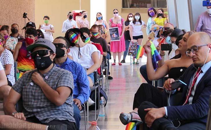 Comunidad LGBT+ afuera del Congreso de Baja California.