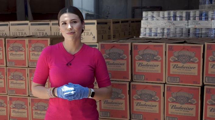 Marina del Pilar presumiendo la cerveza robada por su administración.