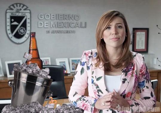 Marina del Pilar, con cerveza en el ayuntamiento.