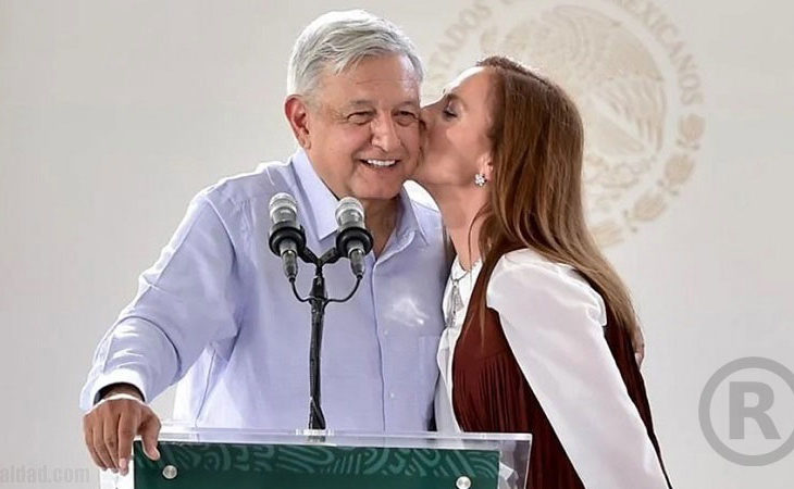 AMLO y su esposa.