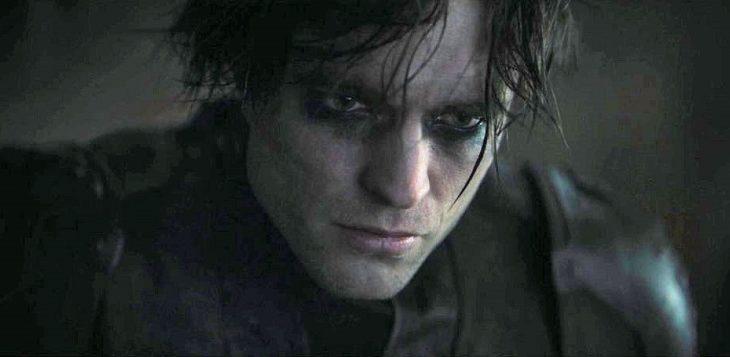 Pattinson parece encarnar a un Bruce Wayne más emo que goth.