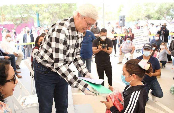 """Jaime Bonilla entregando """"apoyos"""" a niña."""