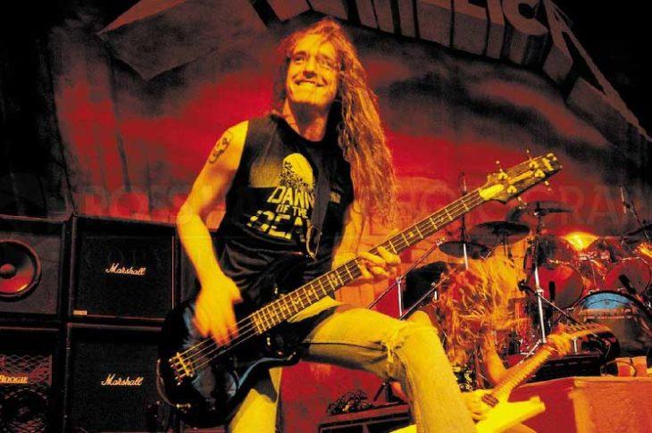 Cliff Burton en el escenario con Metallica.