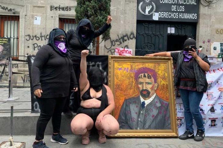 Femisimias causando destrozos en la CNDH. Foto: María Luisa Severiano.