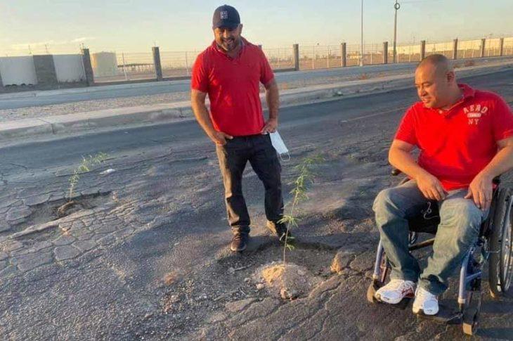 Leonardo y Luis taparon los baches plantando arbolitos.