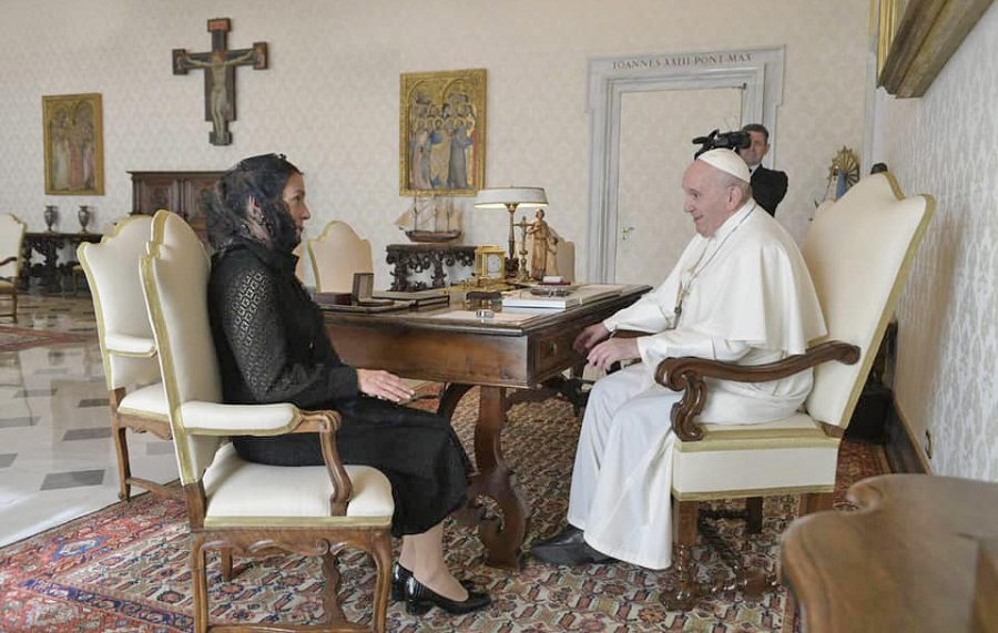 Beatriz Gutiérrez junto con el Papa Francisco.