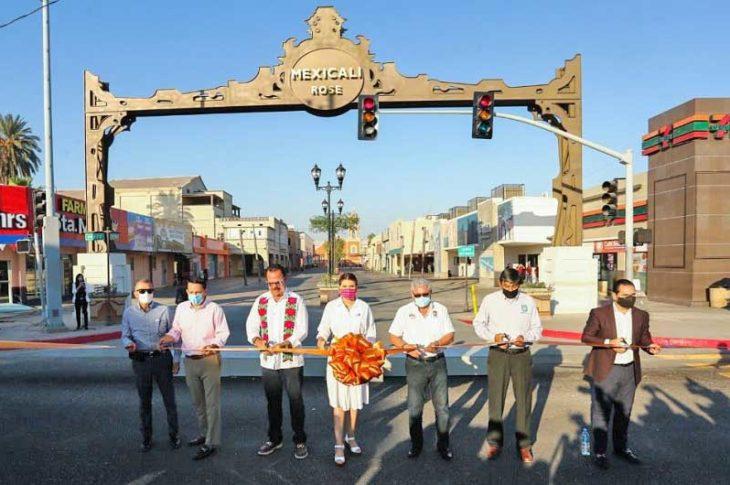 """Inaugurando el arco """"Mexicali Rose"""" frente a los medios."""