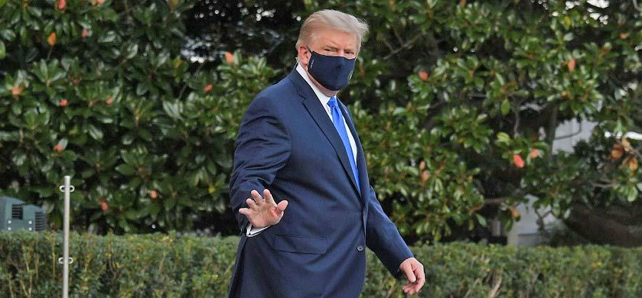 Trump usando cubrebocas.