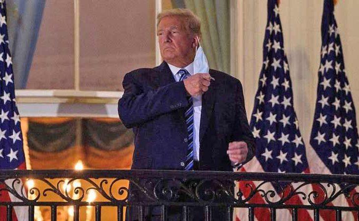 Trump se quita el cubrebocas al llegar a la Casa Blanca.
