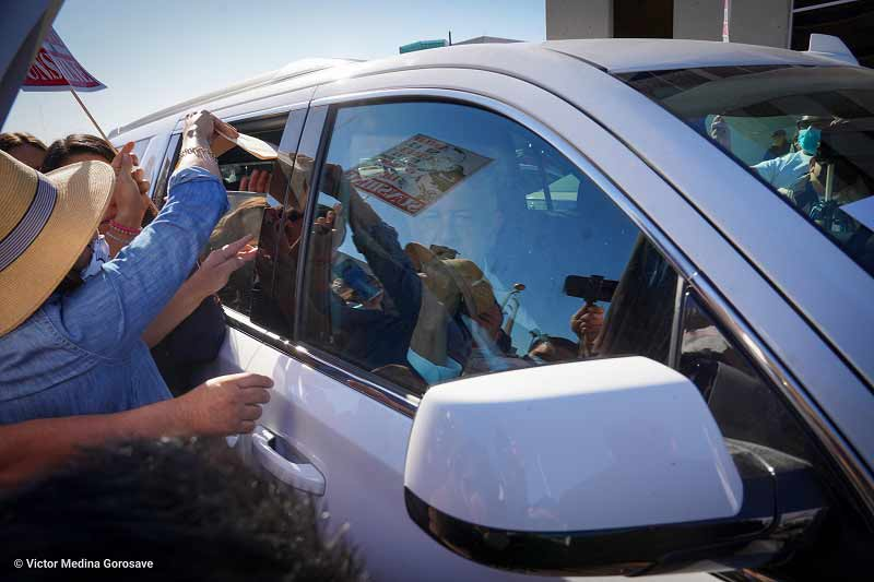 AMLO ni bajó la ventana para atender a los manifestantes apartidistas. Foto: Víctor Medina.