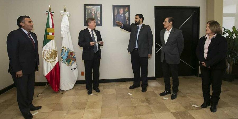 Bujanda junto con Kiko Vega parte de su gabinete.