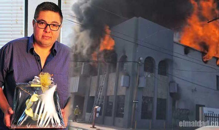 Armando Samaniego, director de la CESPM presumiendo el reconocimiento y lado el incendio sofocado con agua de Calexico.
