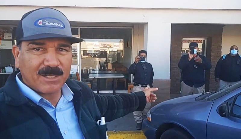Rigoberto Campos frente a la cámara de Alfredo Azcárate, señalando a los guardias de Constellation Brands.
