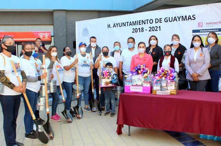 Guerreras Buscadoras junto a la alcaldesa de Guaymas.