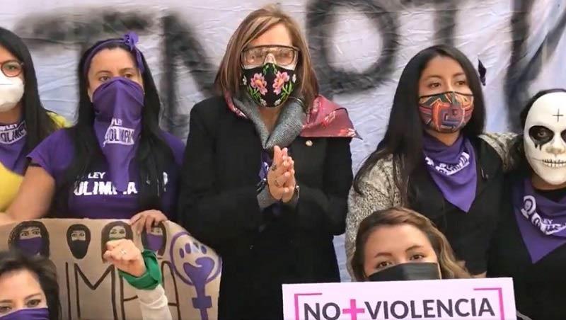 Senadora de Morena con colectivo feminista.