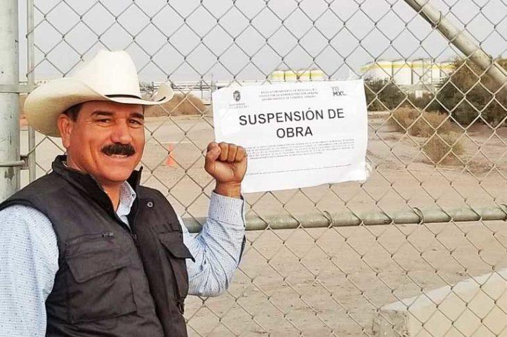 Rigoberto Campos frente al documento del ayuntamiento que clausura la obra de la cervecería.