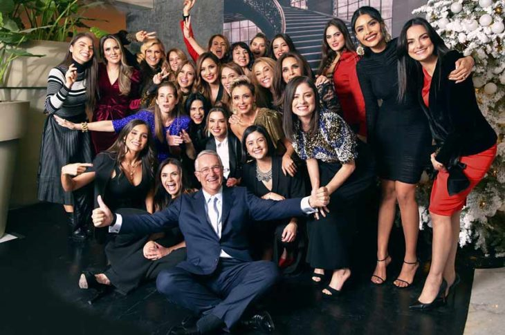 Salinas Pliego con conductoras y talentos de TV Azteca en la cena.