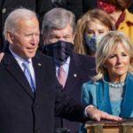 Biden haciendo juramento para tomar el poder de los Estados Unidos.