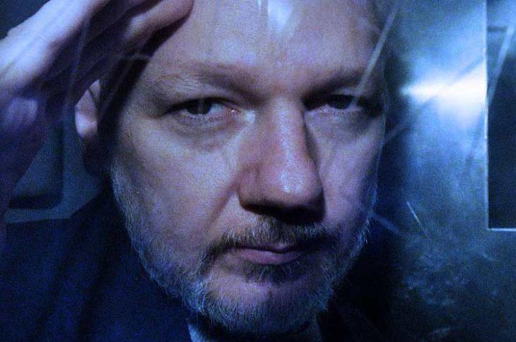 Julian Assange detenido en Inglaterra.