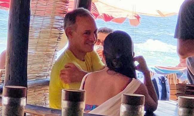 López-Gatell con una mujer en la playa.