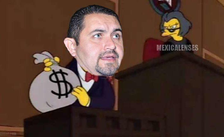 Pérez Rico recibiendo su ropa de la lavandería.
