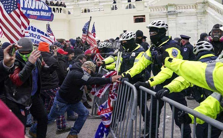 Manifestantes pro Trump forcejeando con la policía.