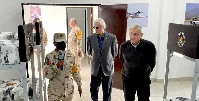 Jaime Bonilla y AMLO recorriendo las instalaciones del cuartel de la Guardia Nacional.