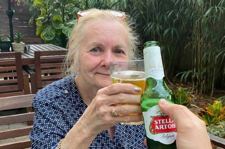 Jane, la mamá de Chuck brindando con una cerveza.