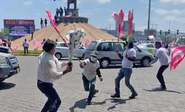 Acarreado atacando a manifestante.
