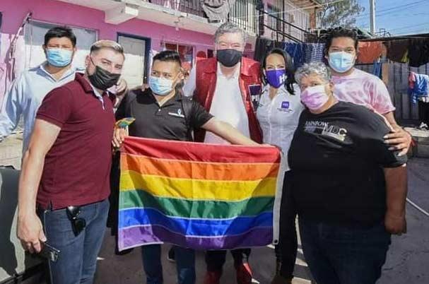 Hank Rhon con Elvira Luna (candidata del PES) junto con miembros de la comunidad LGBT+.