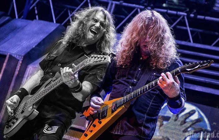 David y Dave tocando en vivo.