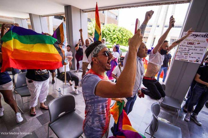 Personas celebrando la aprobación del matrimonio igualitario. Foto: Víctor Medina.
