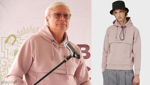 Jaime Bonilla viste un hoodie Giorgio Armani.