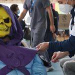 Le aplican la vacuna a Skeletor.