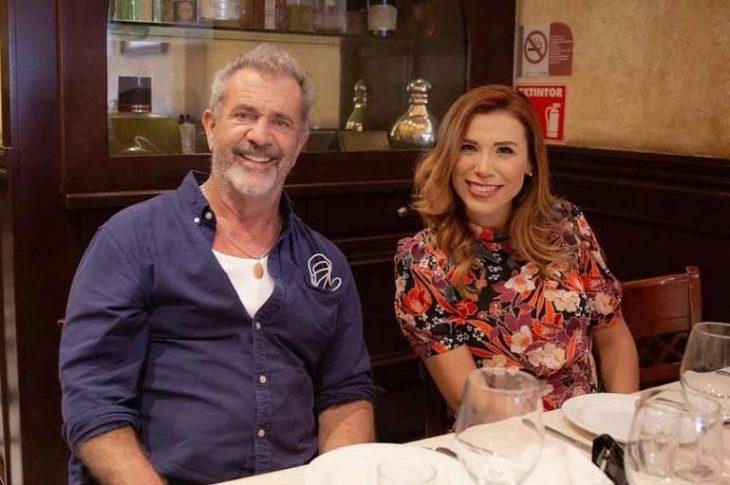 Mel Gibson y Marina del Pilar en un restaurante en Tijuana.