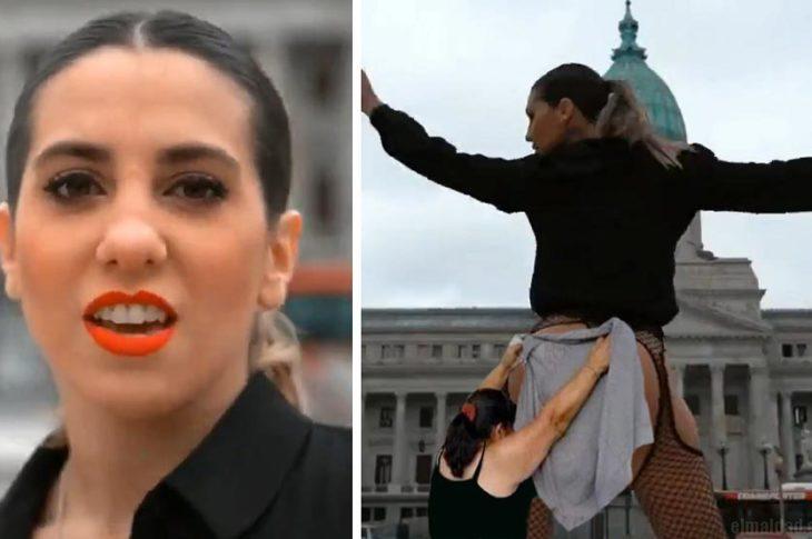 Cinthia Fernández mostrando su escultural cuerpo para convencer al elector.