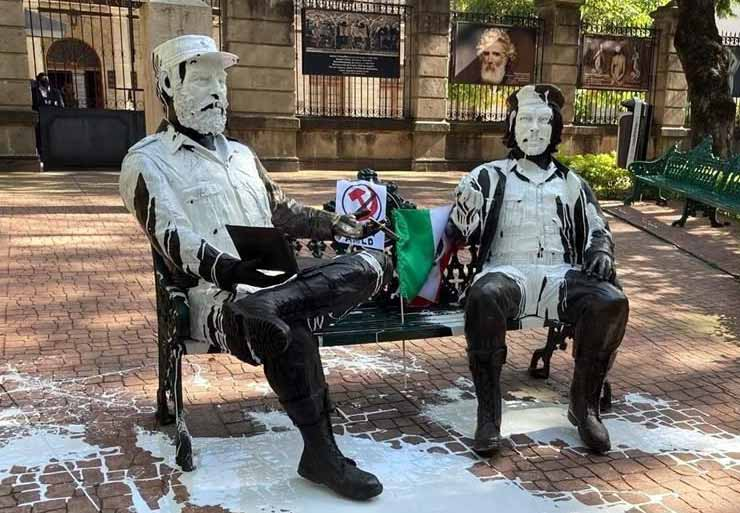 Estatuas de Fidel Castro y Che Guevara.