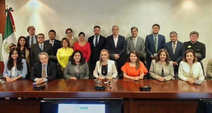 Senadores del PAN junto con integrantes de Vox.
