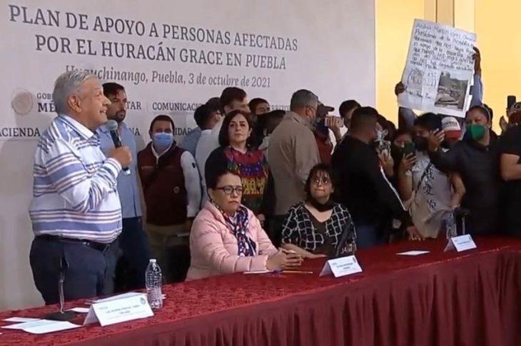 AMLO dando discurso improvisado a los manifestantes que irrumpieron en la mañanera.