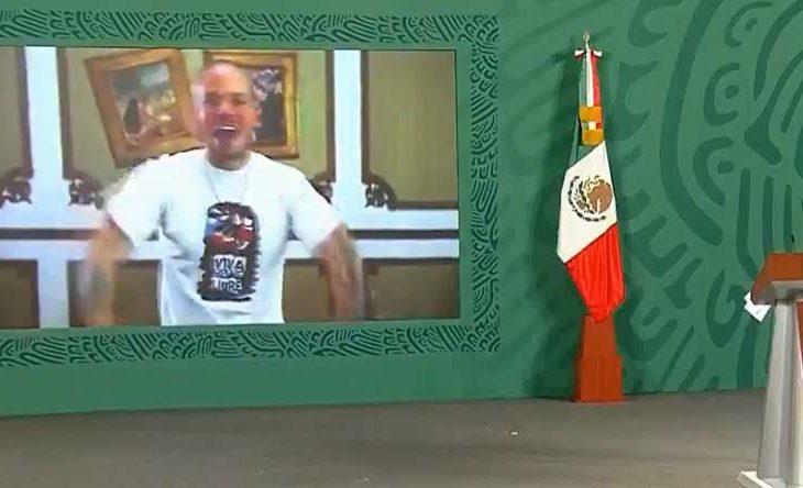 AMLO viendo el video de Calle 13.
